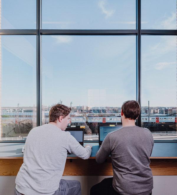 Twee mannen laptops uitzicht treinen